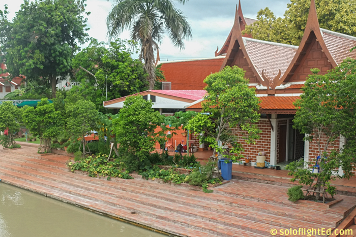 houses-beside-the-temple-ayutthaya